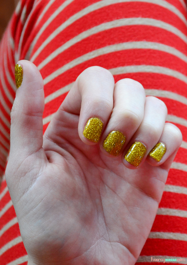 gold-loose-glitter-gel-nails-manicure