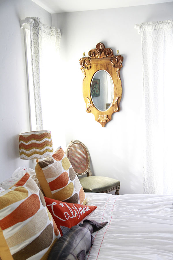 bedroom-vintage-mirror-orange-white